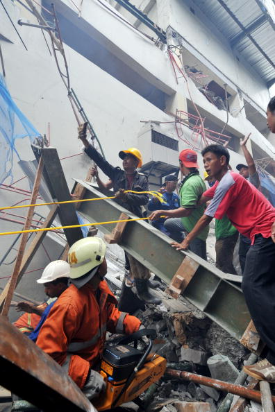Спасатели ищут жертв в разрушенном здании в Джакарте, Индонезия. В результате обвала здания 2 человека погибли, а 12 ранены. Фото: ADEK BERRY/AFP/Getty Images