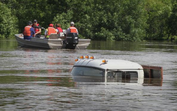 Служба спасения на реке Сурис. г. Берлингтон, Северная Дакота, США. Фото: Scott Olson/Getty Images