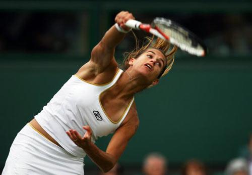 Лондон, Великобритания: Спортсменка из Франции Amelie Mauresmo во время Уимблдонского турнира. фото: Clive Brunskill/Getty Images