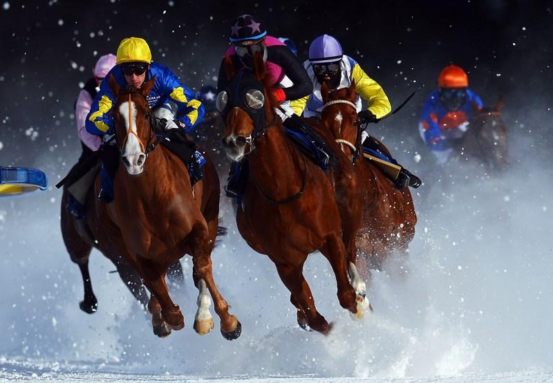 Санкт-Мориц, Швейцария, 3 февраля. На замёрзшем озере Санкт-Мориц состоялись конные скачки «White Turf» («Белые скачки»). Фото: Lars Baron/Bongarts/Getty Images