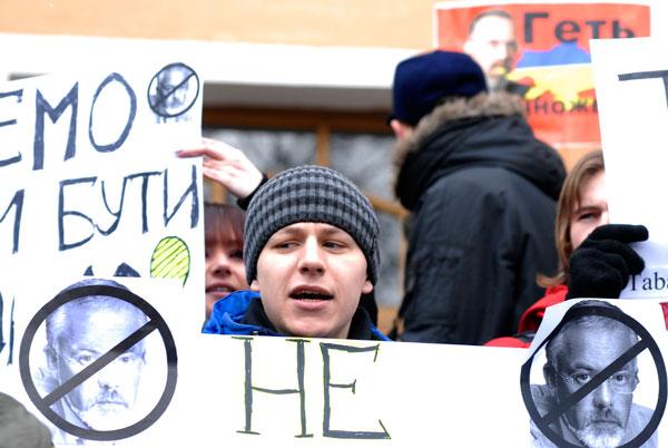 Участник акции за отставку Дмитрия Табачника с должности министра образования держит плакат возле министерства образования и науки 17 марта 2010 года. Фото: Владимир Бородин/The Epoch Times