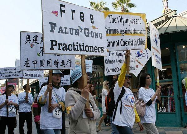 Факел за права человека в Лос-Анджелесе. Фото: Цзи Юань/ The Epoch Times