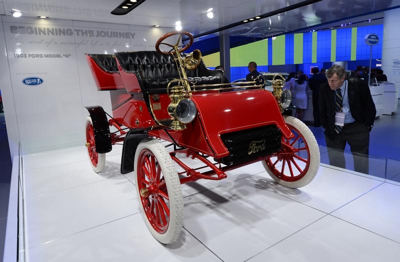 Детройт, США, 15 января. На международном автошоу демонстрируется автомобиль «Ford Model A» 1903 года выпуска — первая модель компании «Форд». Фото: STAN HONDA/AFP/Getty Images