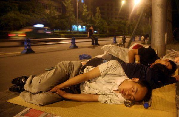 Жители провинции Сычуань боятся находиться в зданиях и живут на улице. Фото: China Photos/Getty Images