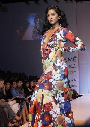 Модель представляет наряд модельера Suneet Verma. Фото:SEBASTIAN D'SOUZA/AFP/Getty Images