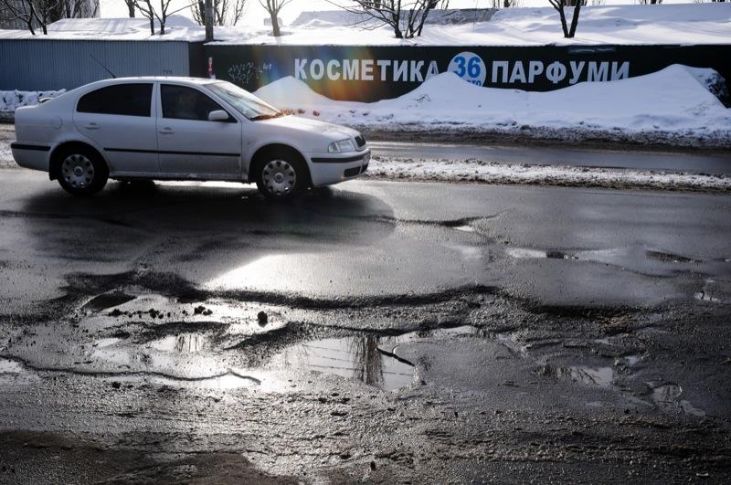 Ямы на дороге проспекта Свободы в Киеве. Февраль 2013 года. Фото: Владимир Бородин / Великая Эпоха