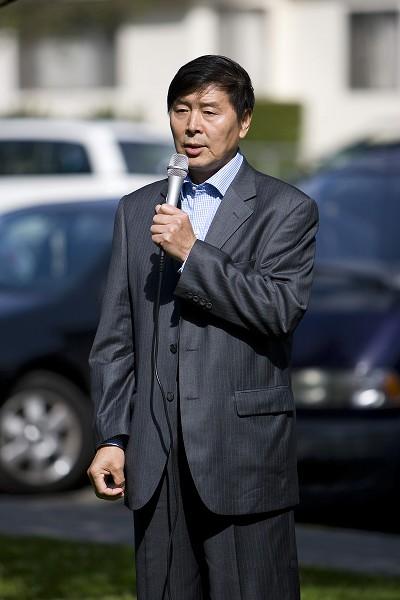 От имени последователей Фалуньгун Лос-Анджелеса выступает Ли Юфу. (Ji Yuan/The Epoch Times)