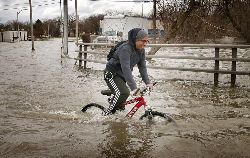 Дес-Плейнс, США, 19 квітня. Розлиття річки викликало в передмісті Чикаго рекордну повінь. Вода в річці піднялася до позначки 11 футів (понад 3 метри). Фото: Scott Olson/Getty Images
