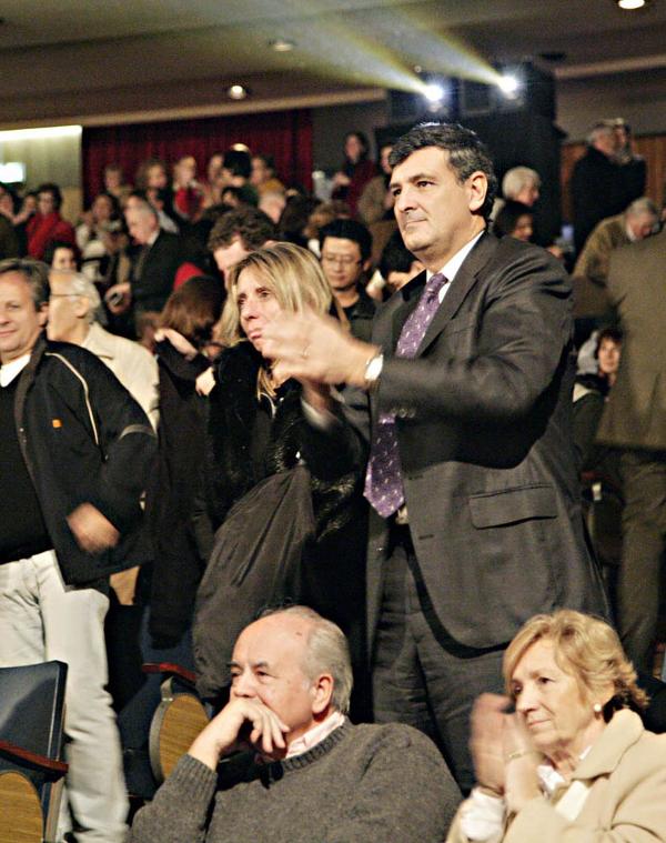 Г-н Виллар, директор финансовых проектов Министерства экономики и производства, и его супруга стоя приветствуют артистов. (The Epoch Times)