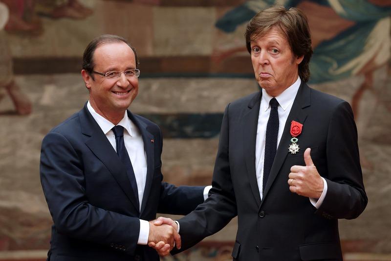 Париж, Франція, 7вересня. Президент Франсуа Олланд вручив екс-бітлу Полу Маккартні вищу нагороду країни «Орден Почесного легіону». Фото: PHILIPPE WOJAZER/AFP/GettyImages