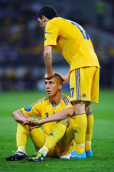 Євген Хачеріді (ліворуч) і Тарас Михалик з України під час матчу між Україною та Швецією 11 червня 2012 року у Києві. Фото: Laurence Griffiths/Getty Images