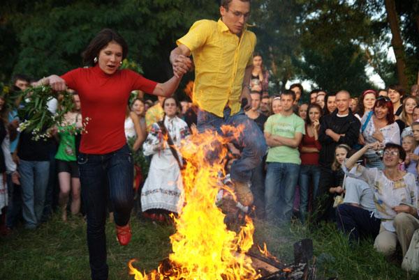 Пары прыгают через костер на празднике Купала. Фото: Владимир Бородин/The Epoch Times