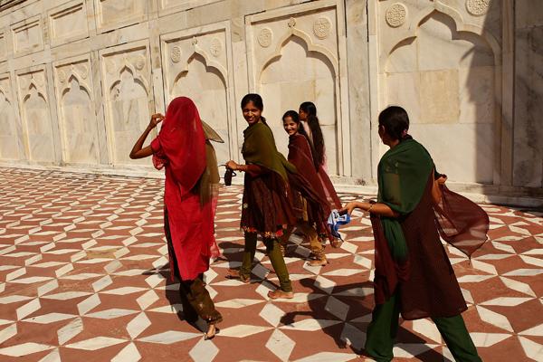 Тадж-Махал був побудований за наказом імператора Великих Моголів Шах-Джахана на згадку про дружину Мумтаз-Махал, яка померла при пологах (пізніше тут був похований і сам Шах-Джахан). Фото: Matt King / Getty Images