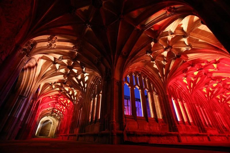 Лакок, Англія, 10січня. У стародавньому абатстві відкрилася світлова інсталяція «В ілюмінації». Саме тут знімалися епізоди з фільмів про Гаррі Поттера. Фото: Matt Cardy/Getty Images