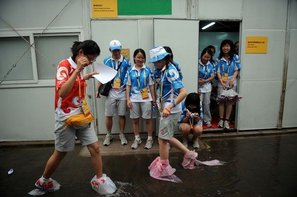 Результаты сильного ливня в Пекине 10 августа 2008 г. Фото: FRED DUFOUR/AFP/Getty Images