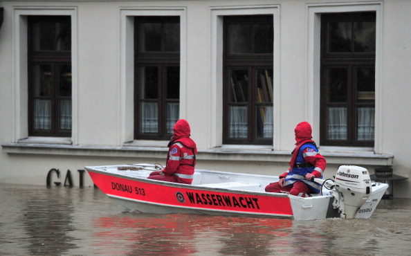 Спасатели в лодке плывут по городу Пассау, Германия. Фото: Lennart Preiss / Getty Images