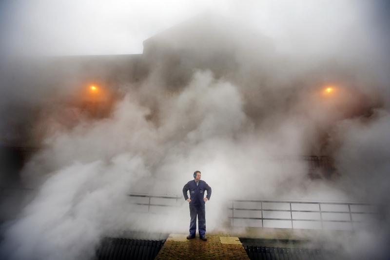 Леммер, північ Нідерландів, 24грудня. Водний пил клубочиться над насосною станцією, яка відкачує воду з міста після сильних дощів. Фото: CATRINUS Van Der Veen/AFP/Getty Images