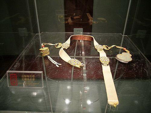 Пояс с золотыми пряжками. Фото с secretchina.com