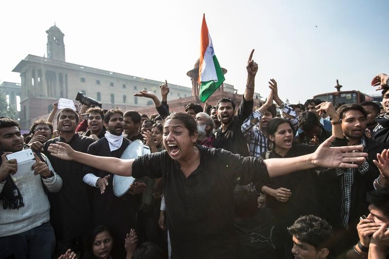 Делі, Індія, 22грудня. Тисячі демонстрантів гнівно протестують проти недосконалості чинного закону, не здатного захистити жінок від насильства. Фото: Daniel Berehulak/Getty Images