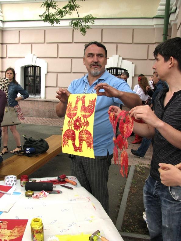 Один из братьев Капрановых демонстрирует только что сделанный отпечаток. Фото: Алина Маслакова/The Epoch Times Украина