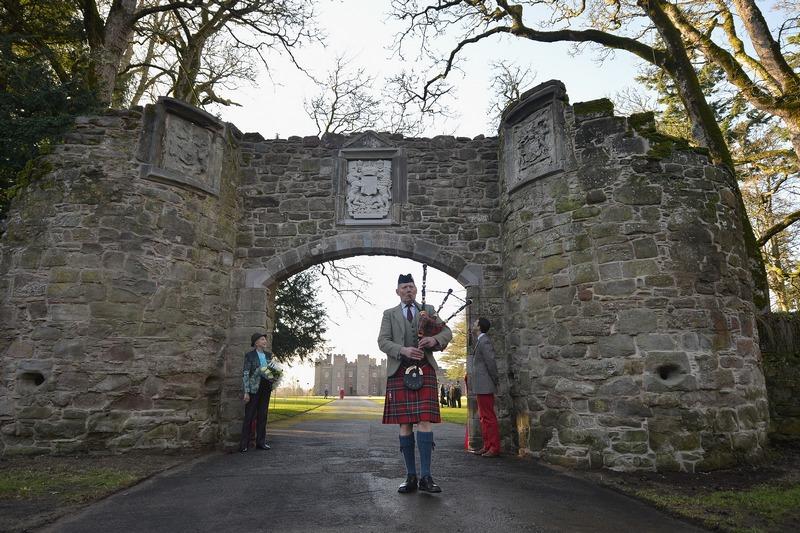 Перт, Шотландия, 23 ноября. В городе торжественно открыта отреставрированная арка 16 века, ведущая к Скунскому замку. Скунский замок известен как место хранения «Камня Судьбы», на котором короновались шотландские монархи. Фото: Jeff J Mitchell/Getty Image