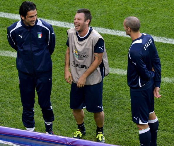 Італійський форвард Антоніо Касано (у центрі) разом із товаришами по команді під час тренування у Познані 17червня 2012. Фото: ODD Andersen/AFP/Getty Images