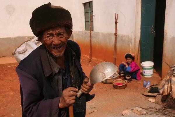 Лю с канистрой собирается в дальний путь в горы за водой. Фото с aboluowang.com