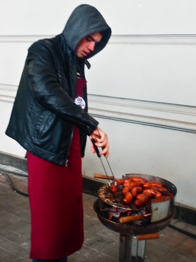 Процесс поджаривания сосисок требует сноровки! Фото: Виктор Гаврилив/The Epoch Times Украина