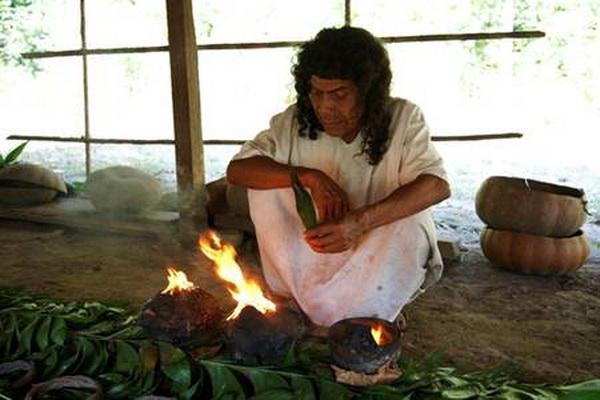 Шаман розпалює смолу копав у божественній чашці. Фото: Jutta Ульмер