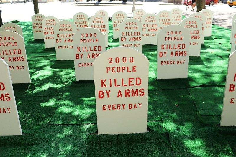 Нью-Йорк, США, 25 июля. Группа, выступающая за контроль над торговлей оружием, разместила перед зданием ООН макет кладбища с надписью на «камнях»: «Каждый день оружие убивает 2000 человек». Фото: Spencer Platt/Getty Images