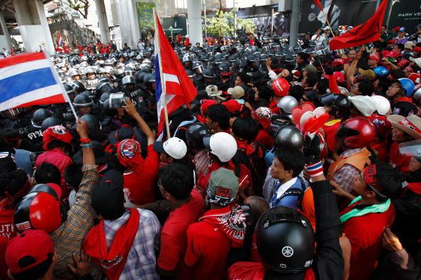 Демонстранты в Бангкоке попытались прорваться на территорию военной базы. Фото: Athit Perawongmetha/Getty Images