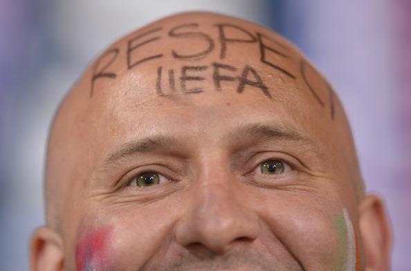 Вболівальник з повідомленням «Повага УЄФА», написаним на лобі, на матчі Ірландії проти Хорватії 10 червня 2012 року у Познані. Фото: FABRICE COFFRINI/AFP/GettyImages