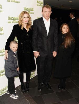 Мадонна та її чоловік - Гай Річи (Guy Ritchie) і діти - Рокко (Rocco) і Лурдес (Lourdes) на прем'єрі мультфільму «Артур і невидимки» (Артур і мініпути, Arhur and the Invisibles), Vue cinema, Лондон . Фото: Gareth Davies/Getty Images