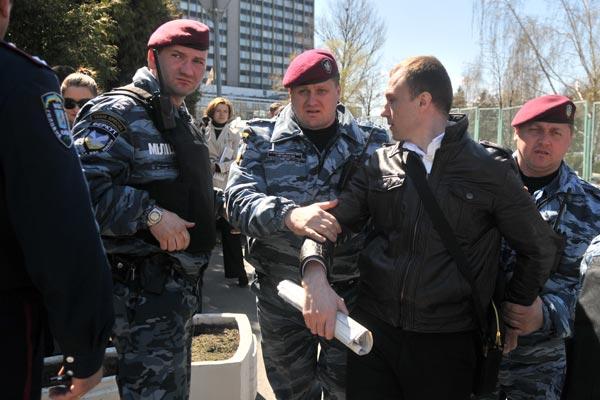 Сотрудники Беркут задерживают последователей Фалуньгун во время акции протеста в Киеве 20 апреля. Фото: The Epoch Times/Владимир Бородин