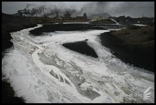 Каждый день большое количество сточных вод выбрасывается в реку Хуанхэ в промышленном районе Ласэнмяо Внутренней Монголии. 26 июля 2005 год. Фото: Лу Гуан