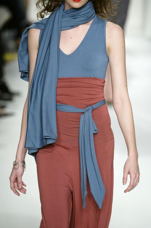 Модные шарфы — изюминка в наряде. Фото: Carlo Allegri/Getty Images