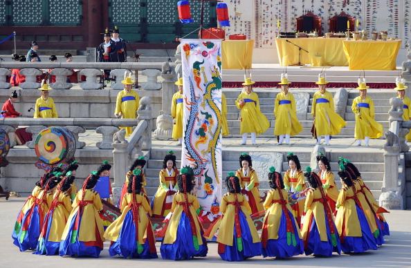 Святкова вистава на честь великої події. Фото: KIM JAE-HWAN/AFP/Getty Images