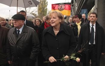 Канцлер Германии Ангела Меркель и бывший президент СССР Михаил Горбачев посетили мост и ж/д станцию на ул. Борнхольмер-штрассе. Фото: Getty Images