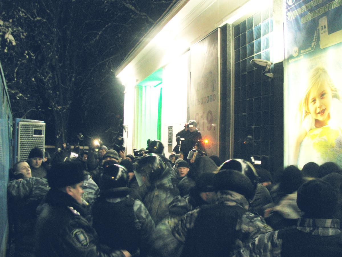 Мітингуючих та їх опонентів розділили кілька рядів міліціонерів. Фото: Аліна Маслакова/The Epoch Times Україна