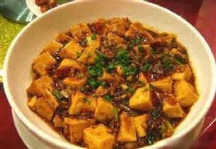 Найпопулярніші страви китайської кухні: №3. Тофу тітоньки Ма (Ma Po Bean Curd). Соєвий сир тофу, приготовлений на соусі із перця чілі, перемішаний з м'ясом та овочами.