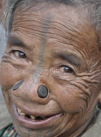 Женщины племени апатани. Фото с aboluowang.com