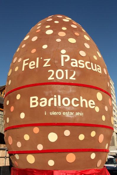 Найбільше у світі пасхальне яйце зробили на шоколадному фестивалі в Аргентині. Фото: Francisco Ramos Mejia/AFP/Getty Images