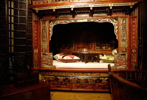 Свадебная кровать – чуан. Конец 18 ст. Сосна, воск, лак. Кровать служила в древнем Китае свадебным подарком невесте из богатой семьи. Распространенной традицией было дарить молодым картины с изображением персонажей народного пантеона, например богов долго