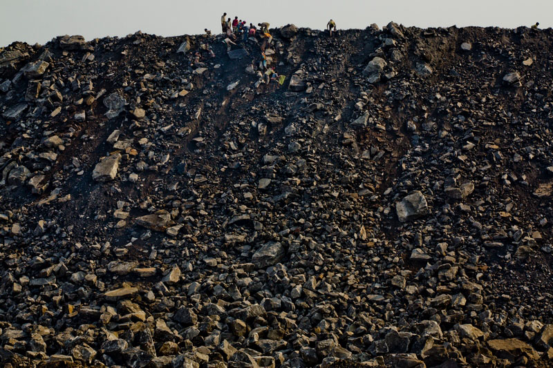 В поисках угля людям приходится перебирать горы отходов. Фото: Daniel Berehulak/Getty Images