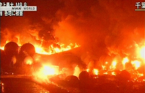 Землетрясение в Японии. Пожар на нефтеперерабатывающем заводе. Март 2011 год. Фото: FP PHOTO / HO / NHK