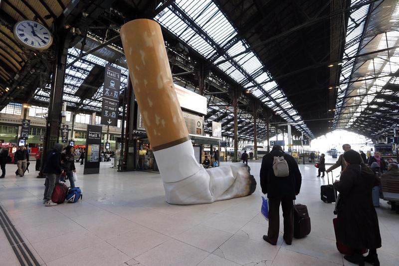 Париж, Франція, 4грудня. Співробітники залізничної компанії встановили на Ліонському вокзалі скульптуру погашеної сигарети як нагадування громадянам про хороші манери. Фото: PIERRE VERDY/AFP/Getty Images