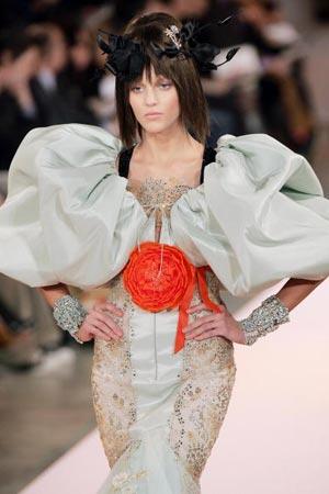 работа французского модельера Кристиана Лакруа (Christian Lacroix) представленная в Париже 23 января на показе Haute Couture Весна-Лето 2007 Фото: FRANCOIS GUILLOT/AFP/Getty Images