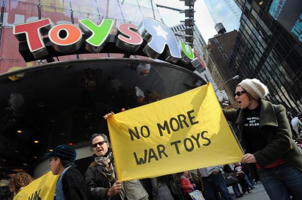 Члены антивоенной организации Granny Peace Brigade (Мирная бригада бабушек) протестуют против продажи военных игрушек. Нью-Йорк, США Фото: STAN HONDA/AFP/Getty Images