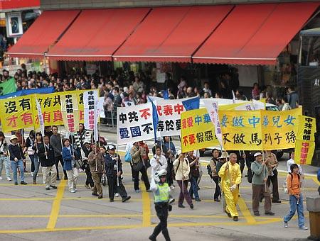 Люди разных возрастов участвуют в шествии с плакатами о выходе из КПК, о репрессиях режима КПК уничтожившего тысячелетнюю культуру китайской нации. Фото: Великая Эпоха