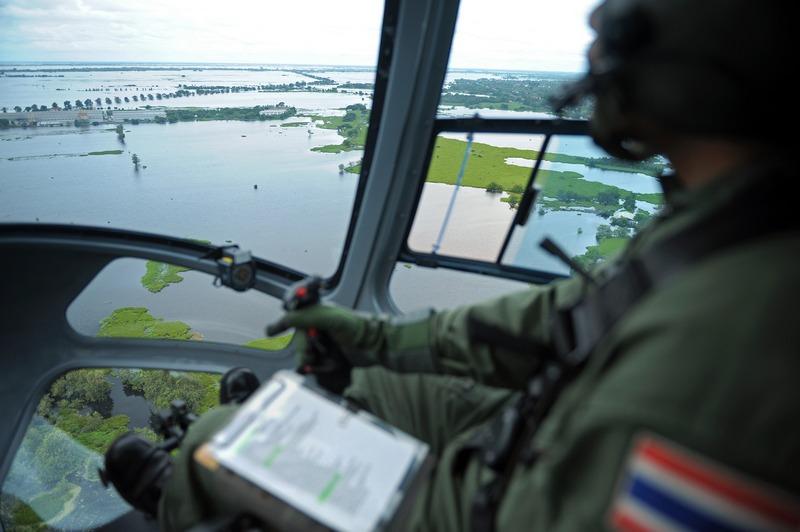 Наводнение в Таиланде. Вид из кабины вертолета. Фото: CHRISTOPHE ARCHAMBAULT/AFP/Getty Images